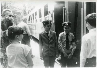 Поездная бригада возле вагона на ст. Лесопарк