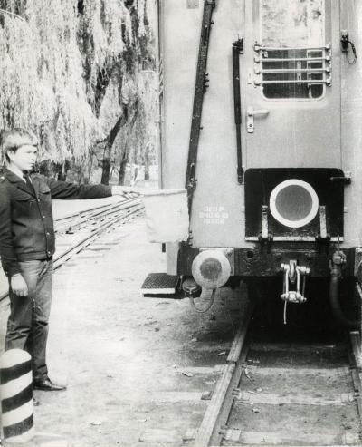 Юный железнодорожник возле последнего вагона на ст. Лесопарк