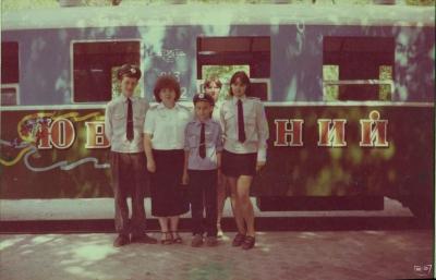 Инструктор с юными железнодорожниками возле вагона