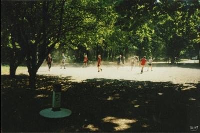 Футбол. Игра на несуществующем сейчас футбольном поле.