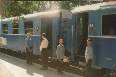 Юные проводники и ревизоры возле вагонов