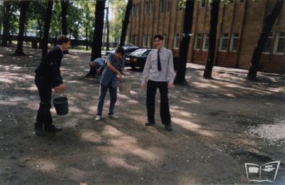 Юные железнодорожники возле учебного корпуса