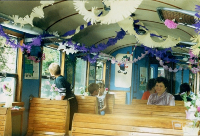 Интерьер вагона, украшенного ко дню железнодорожника
