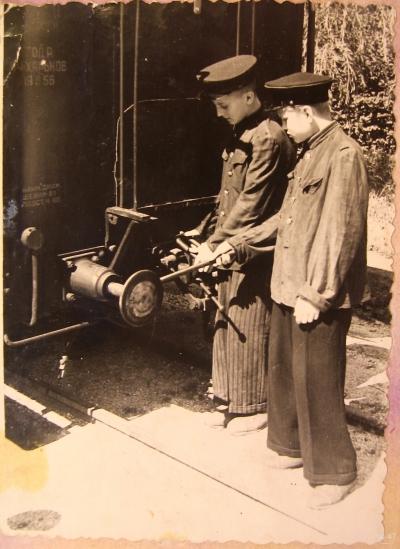 Юные железнодорожники возле вагона