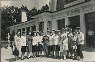 Юные железнодорожницы возле вокзала ст. Парк