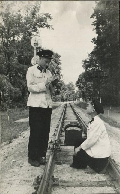 Юные железнодорожники с путевой рейкой