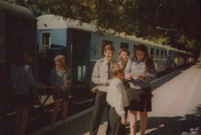 Юные железнодорожники возле состава 'Украина'