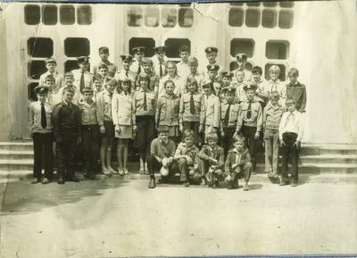 Юные железнодорожники на фоне вокзала
