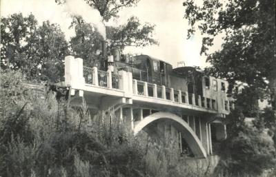 Поезд на белом мосту