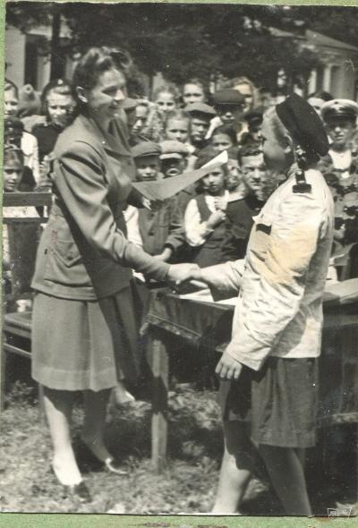 Секретарь обкома ЛКСМУ вручает грамоты юным железнодорожникам