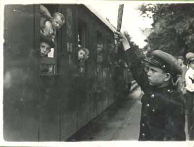 Дежурный по станции отправляет поезд со ст. Парк