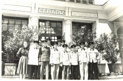 Юные железнодорожники возле вокзала ст. Парк
