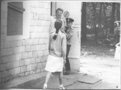 Инструктор и юные железнодорожники возле вокзала ст. Лесопарк