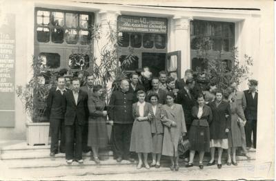 Выпускники и сотрудники ДЖД на фоне вокзала