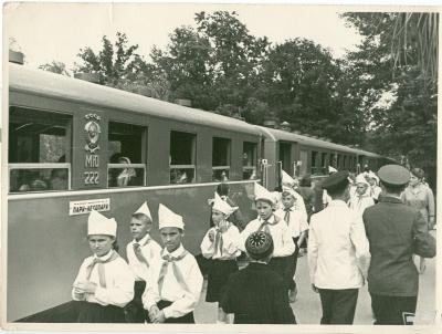 Пионеры на перроне станции Парк. На заднем плане - новенький состав из вагонов Pafawag.