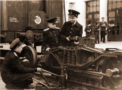 Юные железнодорожники ремонтируют тележки вагона