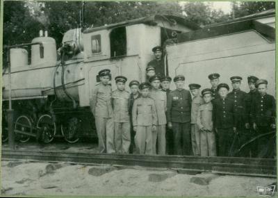 Юные железнодорожники возле паровоза ЛК83-01