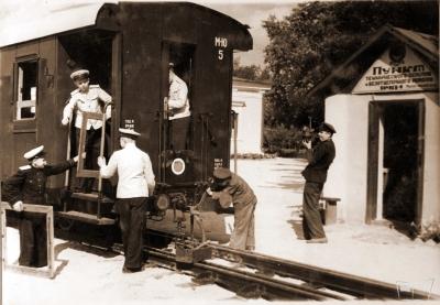 Юные железнодорожники подготавливают вагон к эксплуатации