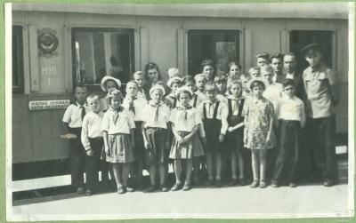 Воспитанники полтавского детдома и юные железнодорожники возле первого вагона Малой Южной
