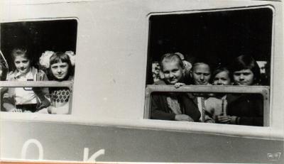 Юные пассажиры в вагоне поезда 'Орлёнок'