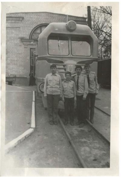 Юные железнодорожники возле тепловоза ТУ2-054